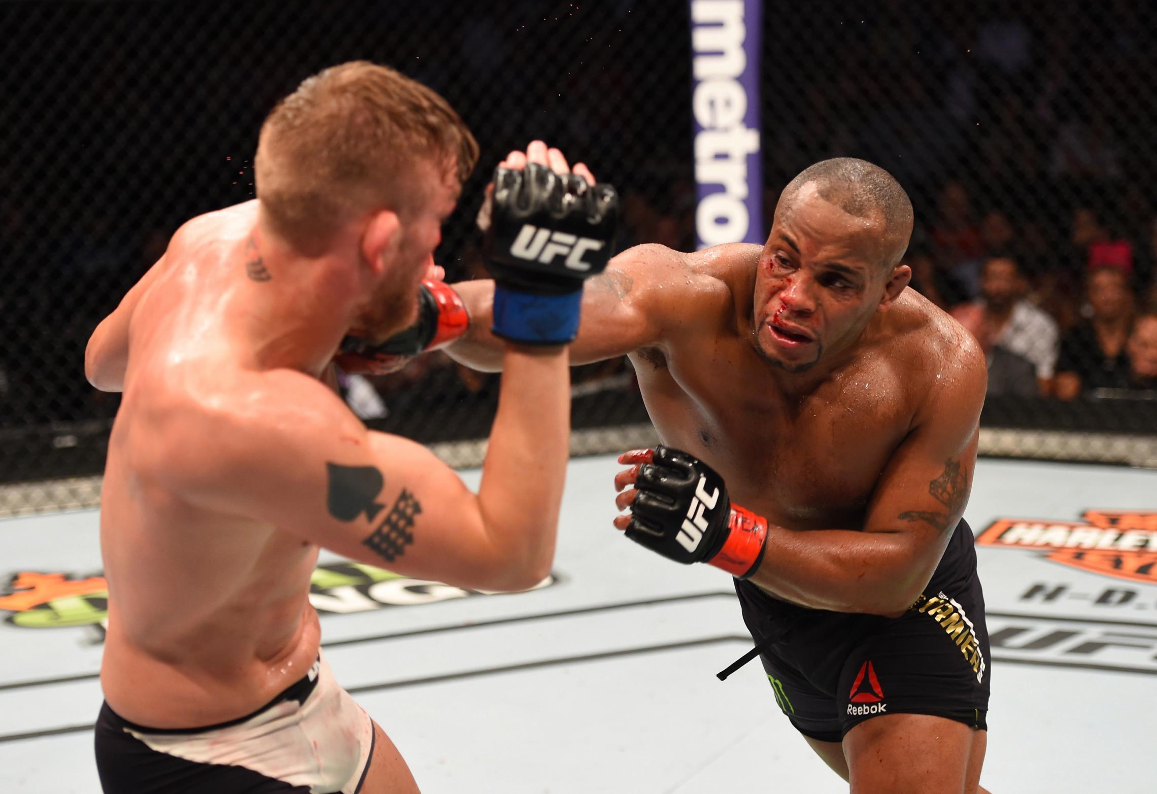 Даниэль Кормье ударил Александра Густафссона на UFC 192 в 2015 году
